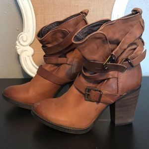 Steve Madden wen leather buckle boots.